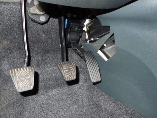 электронная педаль газа в салоне автомобиля